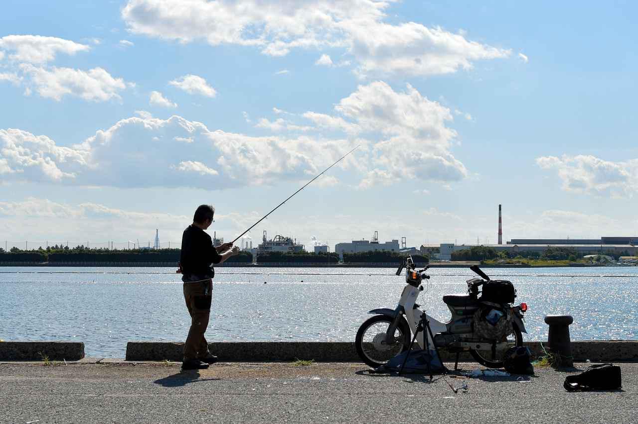 画像: スーパーカブで行く魚釣り。この頃流行の「ハゼクラ」で、美味いハゼをフィッシュフィッシュ! - webオートバイ