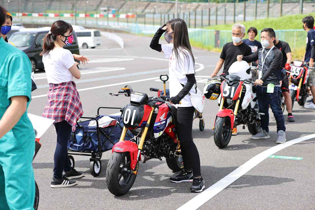 画像: Rurikoさんと、車検の列に並んでいます。