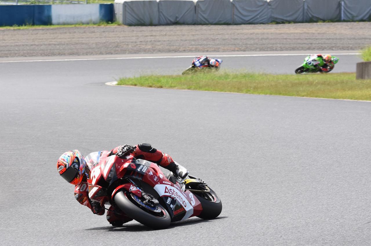 画像: 2~3周でこの差! 岡本と岩戸は終始岡本がリードしながらも、作本との差は縮まない