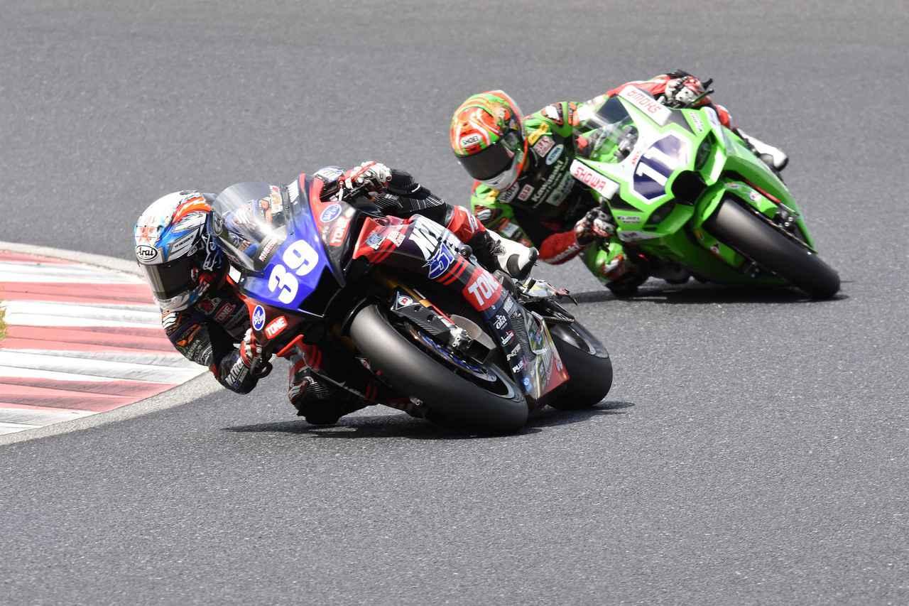 画像: つかず離れずの2位争いは、ラスト2周で岩戸が転倒 岡本が2位、後方から追い上げてきた渡辺が3位入賞
