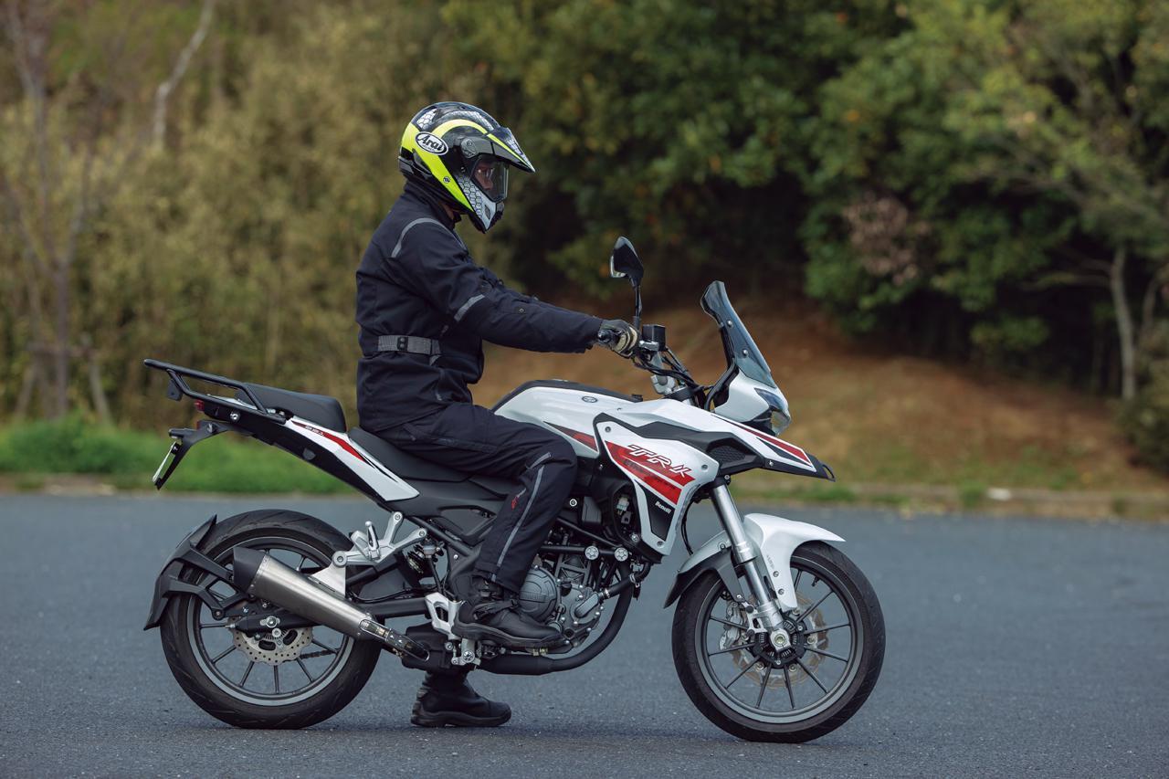 画像: 【足つき&各部解説】ベネリ「TRK251」 - webオートバイ