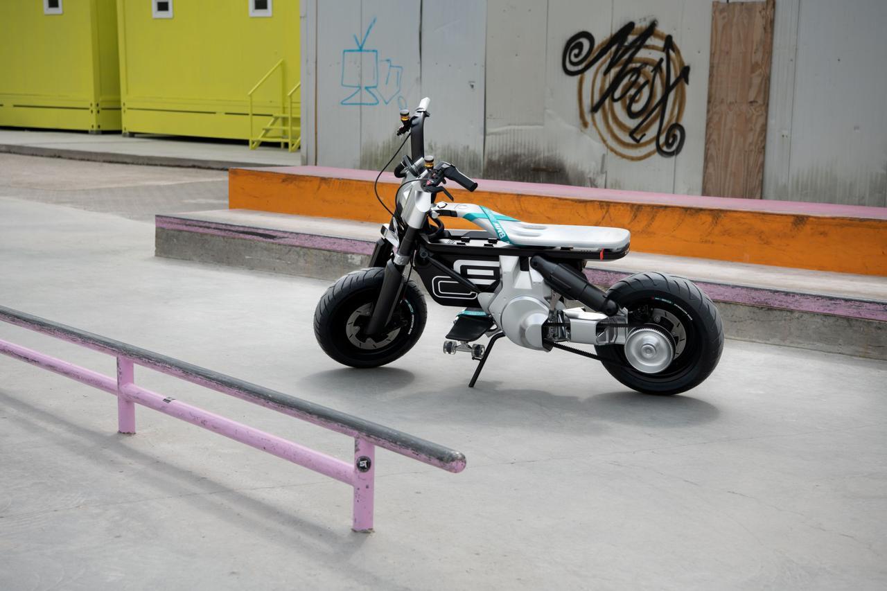 画像: 壁面のグラフィティーや、スケボー用のレール・・・これらのアイコンは、BMW コンセプトCE 02が取り込みたいターゲット層である若者文化の一側面を、象徴するものと言えるでしょう。 www.bmw-motorrad.com