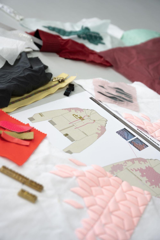 画像: ウィメンズジャケットは金色に反射するグラフィックと、カラフルな色のグラデーションがデザインの特徴です。 www.bmw-motorrad.com