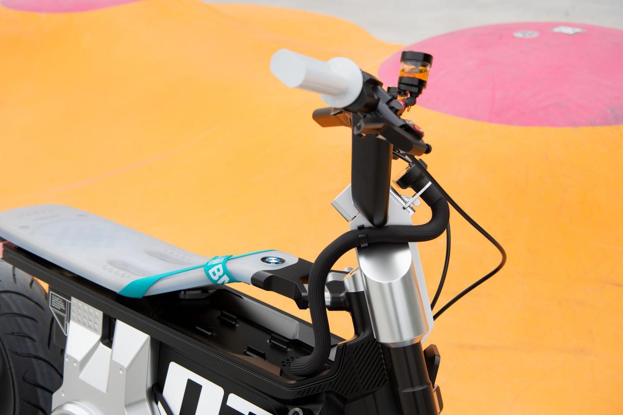 画像: ハンドルバーには、小型のカラースクリーンが備わります。スクリーンに接続されたハーネスは、意識して見せることを強調しているのがデザイン的に面白いです。 www.bmw-motorrad.com