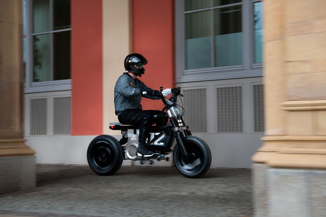 画像: 15インチの前後ホイールはディッシュタイプになっているのも、コンセプトCE 02の特徴。車体下部に積んだスケボーを、フートレストとして使えるようになっているのがユニークです。なおシート高は730mmです。 www.bmw-motorrad.com
