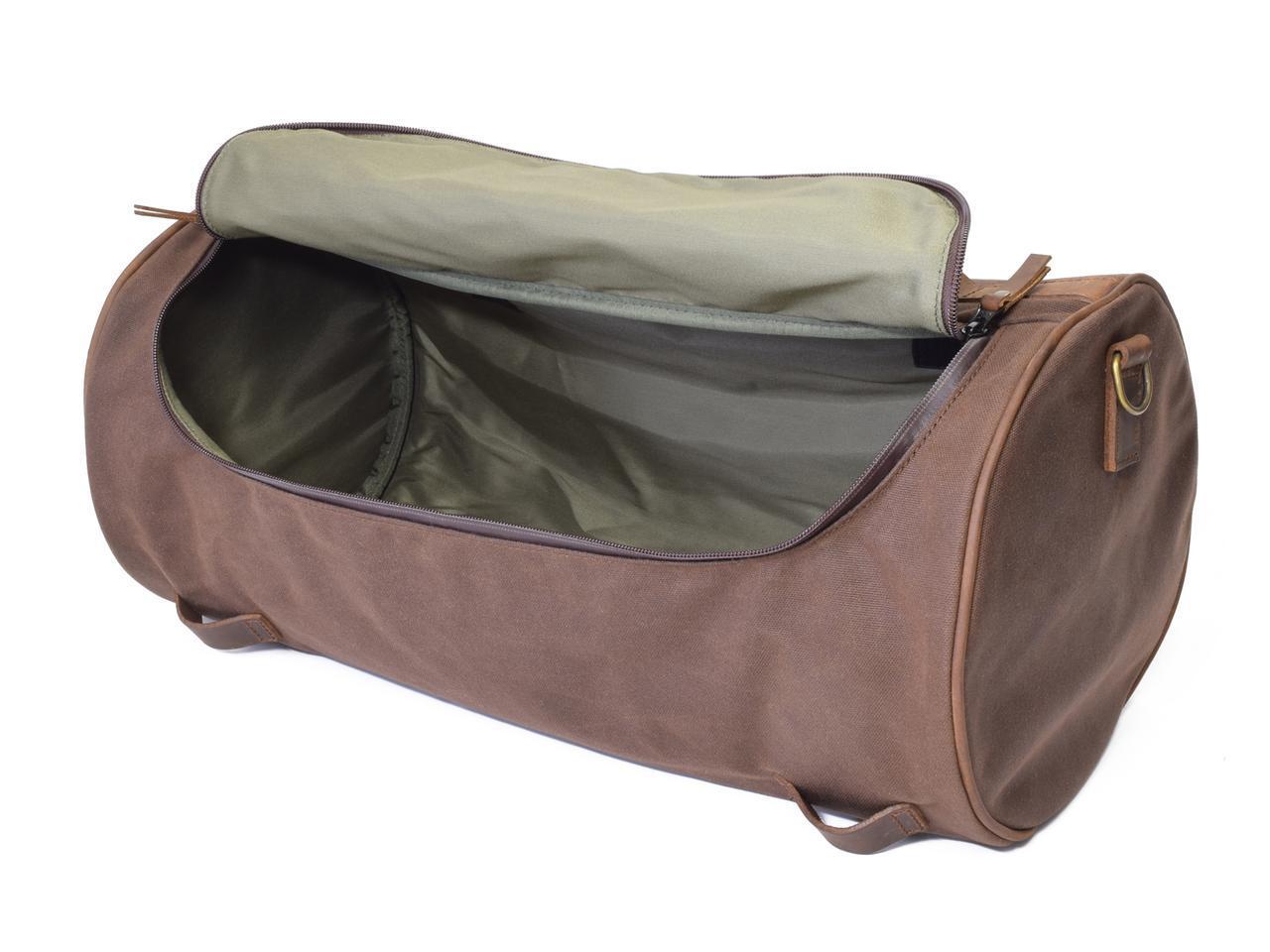 画像: 内側はポリエステル生地が張り合わされ水の浸透を防止します。開口部が広く、バッグ内の荷物を探したり、出し入れするのに便利。