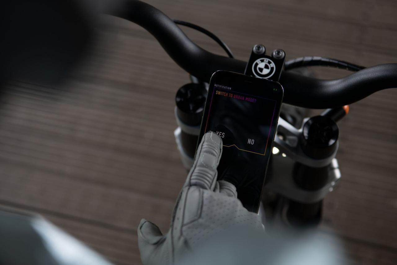 画像: スマートフォンの充電は、標準装備のホルダーから誘導充電が可能。盗難防止機能=イモビライザーとしてスマートフォンを使えるようになっているのも、嬉しいポイントでしょう。 www.bmw-motorrad.com