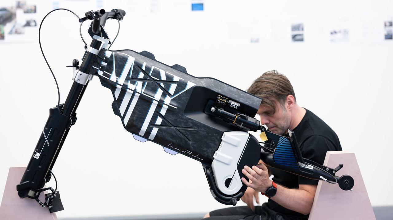 画像: ヴィジョン アンビィの構成がわかる一葉。総重量は65kgで、車体に使われている各種素材はiヴィジョン アンビィ同様に再生材を多用しています。なお搭載されるバッテリーの仕様は未公表ですが、航続距離は大体110kmと発表されています。 www.bmw-motorrad.com