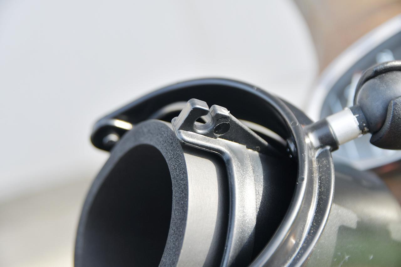 画像: 入れたモノを固定するのに便利そうなフック付き。