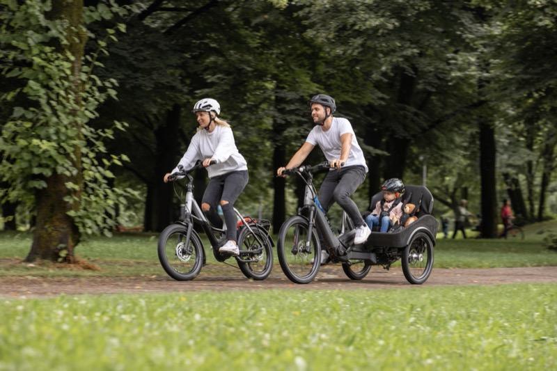 画像: チャイルドシートのオプションを使えば、家族で一緒の移動も楽しめます。 www.bmwgroup.com
