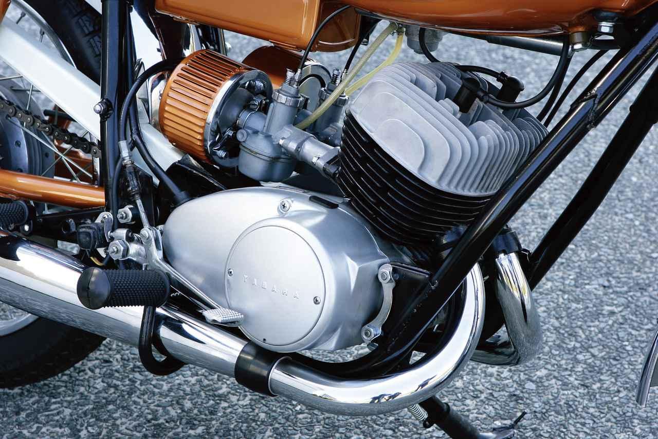 画像: 空冷2スト・ピストンバルブ2気筒エンジンは、56×50mmのショートストロークを採用。トランスミッションは5速と当時は例のないものだった。