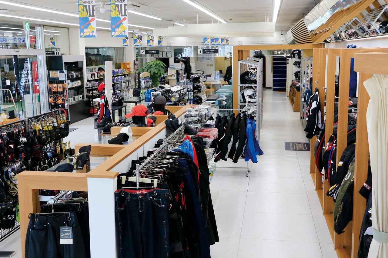 画像: ▲広い店舗の半分ほどのスペースを使って洋品コーナーにしているホンダドリーム札幌西。「とりあえず立ち寄る」には十分な品揃え!
