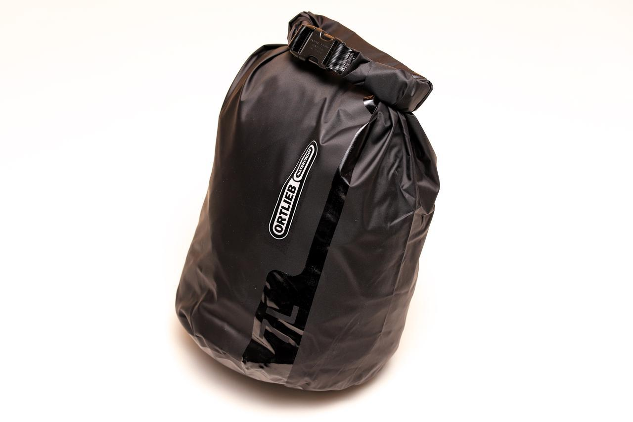 画像: ▲防水バッグのブランドとして有名な「オルトリーブ」のドライバッグ(容量7L)。このようにしっかりしたものなら、荷物が増えたときにプラスアルファのバッグとしても使えます。