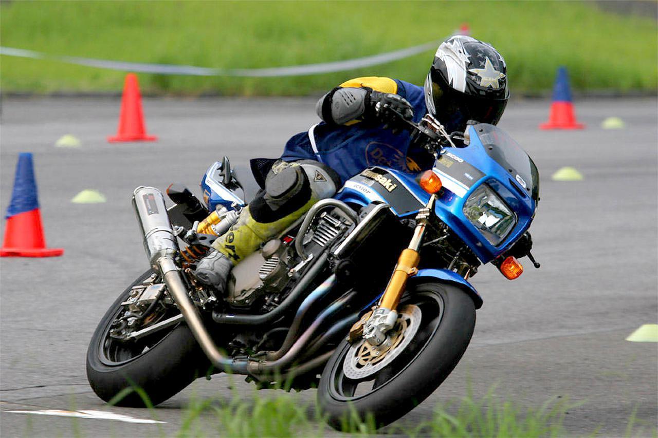 画像: 「ZRX1200が自分にいちばん似合っていて、乗っていて楽しいマシンです!」と、デカいバイクを自由自在に操る姿が様になってますね! 「ぶん田のイニシャルB」より zrx-drz.at.webry.info