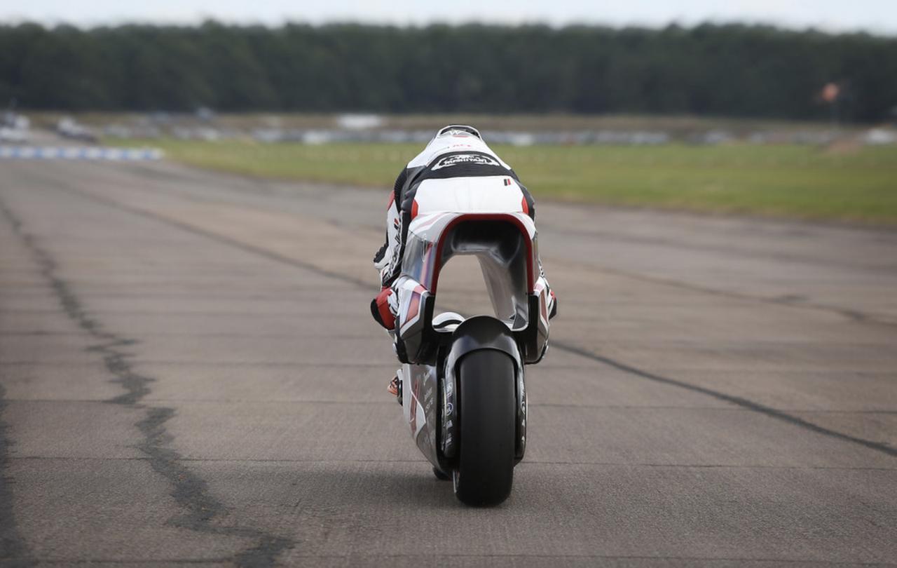 画像: テスト中のWMC250EVを後ろから写したショット。V-AIR(空力トンネル)のユニークさが伝わる絵です。 whitemotorcycleconcepts.com