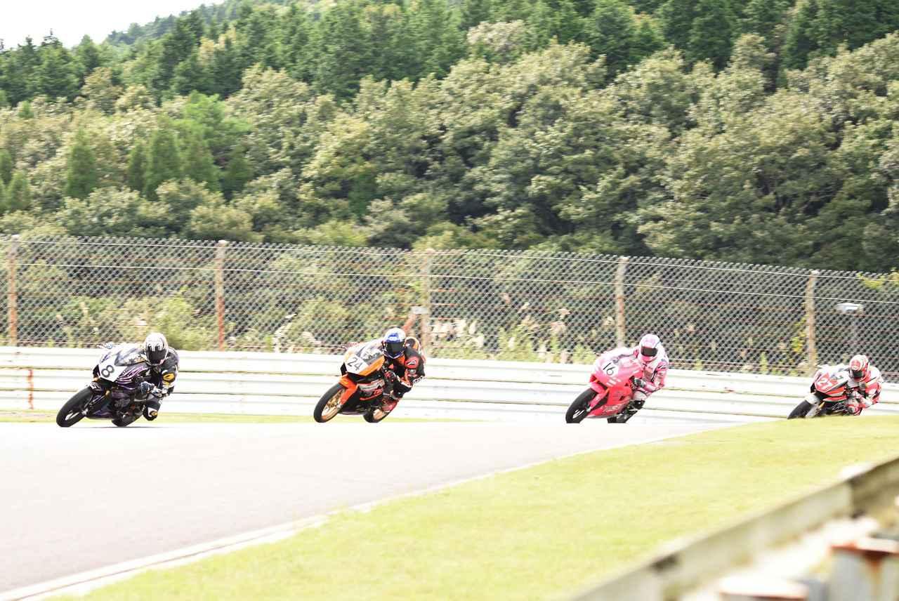 画像: レース中は集団のトップ争いがくるくる #8梶山が先頭に立ったかと思えば…