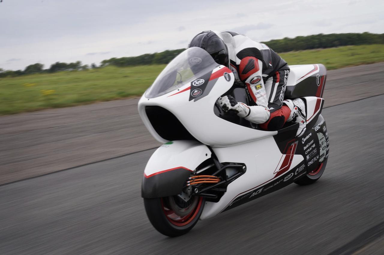 画像: 今回のテストはあくまで各部の作動状況確認のためであり、最高速度は評価の対象ではありませんでしたが、本番用モーターよりはるかに低い出力=137hpで、273.6km/hを記録したことは注目に値するでしょう。 whitemotorcycleconcepts.com