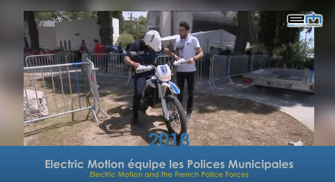 画像: 2018年にEMは、フランス警察に電動ポリスバイクを納入しています。ベースはE-トレックです。 www.youtube.com