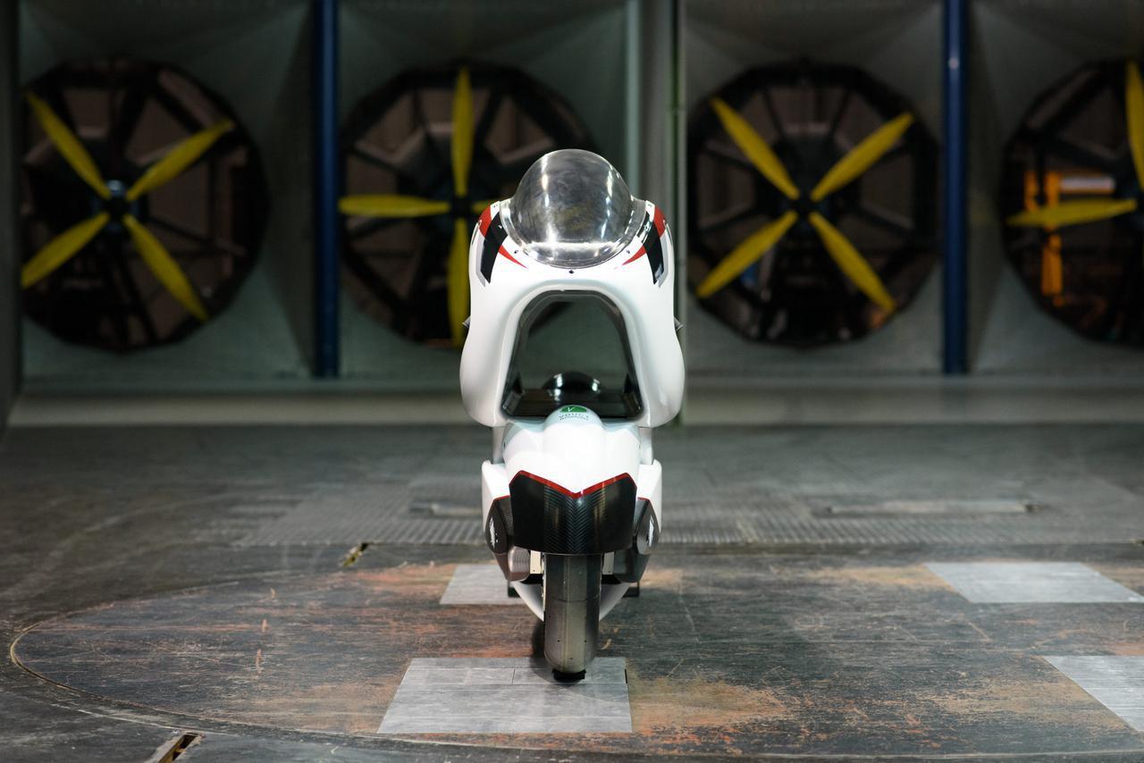 画像: [動画] 車体のド真ん中にトンネル!? 将来の公道用2輪EV技術開発を目的にした速度記録車を紹介します! - LAWRENCE - Motorcycle x Cars + α = Your Life.
