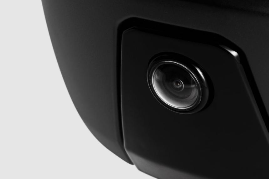 画像: ヘルメット後頭部に搭載されたリアカメラにより、後方の死角を完全に排除。後方視界がHUDに投影され一目で360°の視界情報を把握できます。