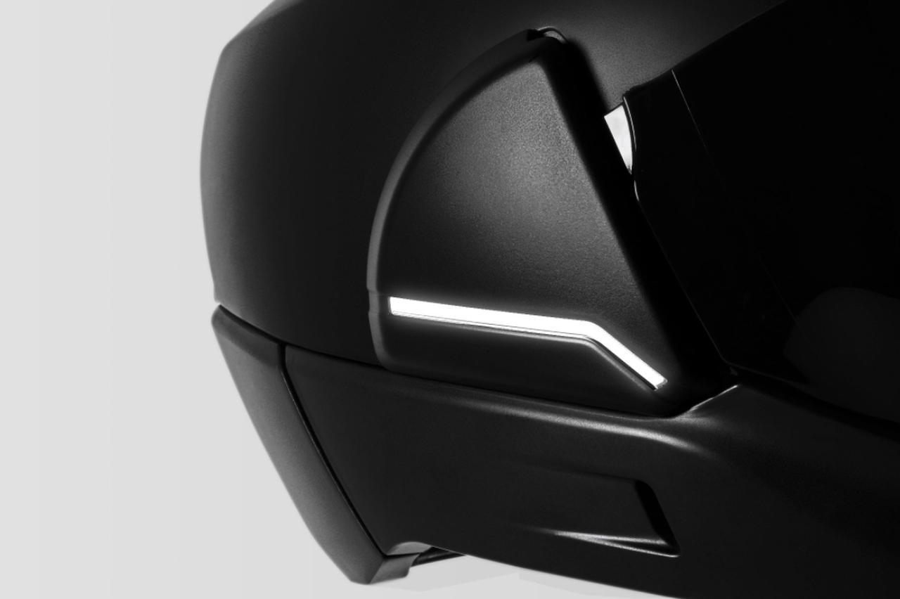 画像: ヘルメット両側に内蔵されたLEDライトにより夜間走行中の視認性を向上。また、クロスヘルメットは最先端のバッテリー技術が用いられており、物理的衝撃や刺突、熱損傷などによる発煙や発火などのリスクは解消されています。