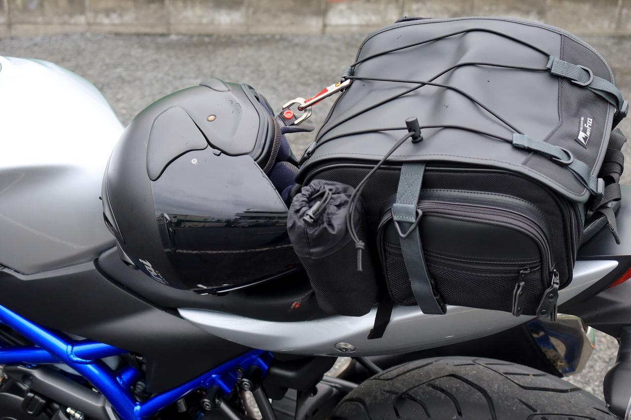 画像1: カラビナは簡易ヘルメットホルダーになる