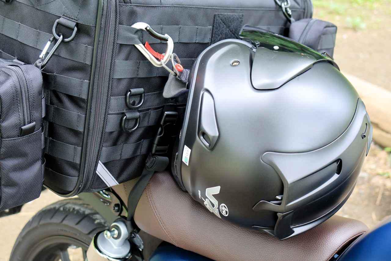 画像3: カラビナは簡易ヘルメットホルダーになる