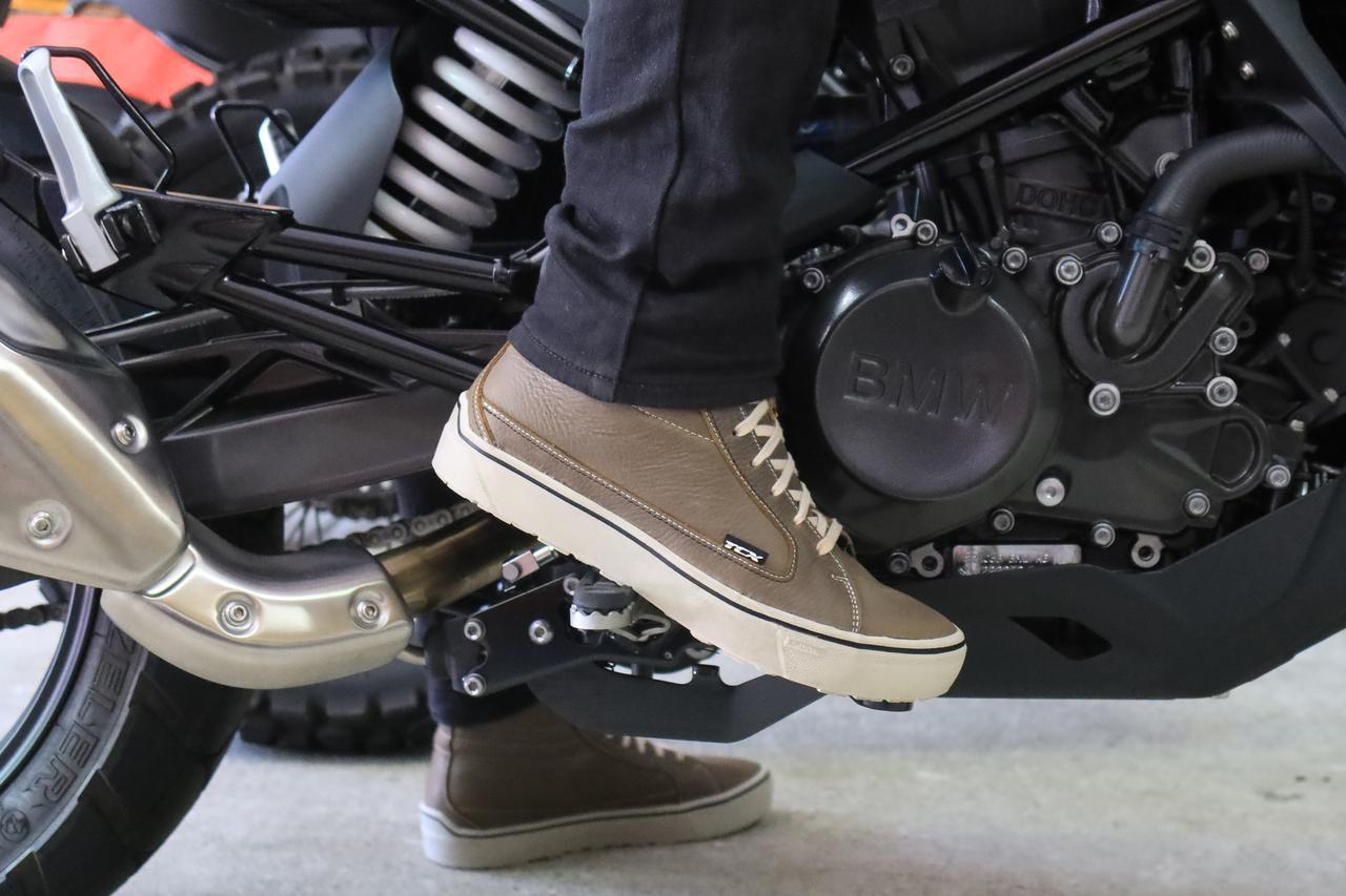 画像: ▲シューズの側面でバイクをホールドするときの安心感も抜群。