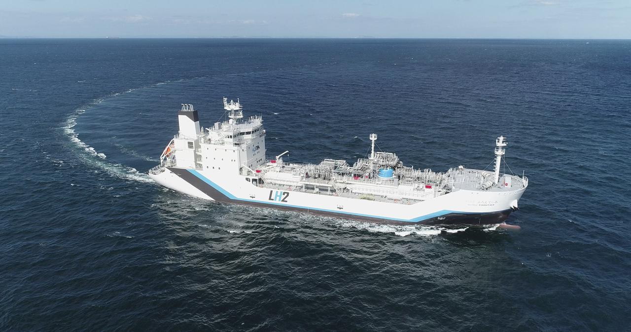 画像: 液化水素運搬船「すいそふろんてぃあ」 写真提供:HySTRA
