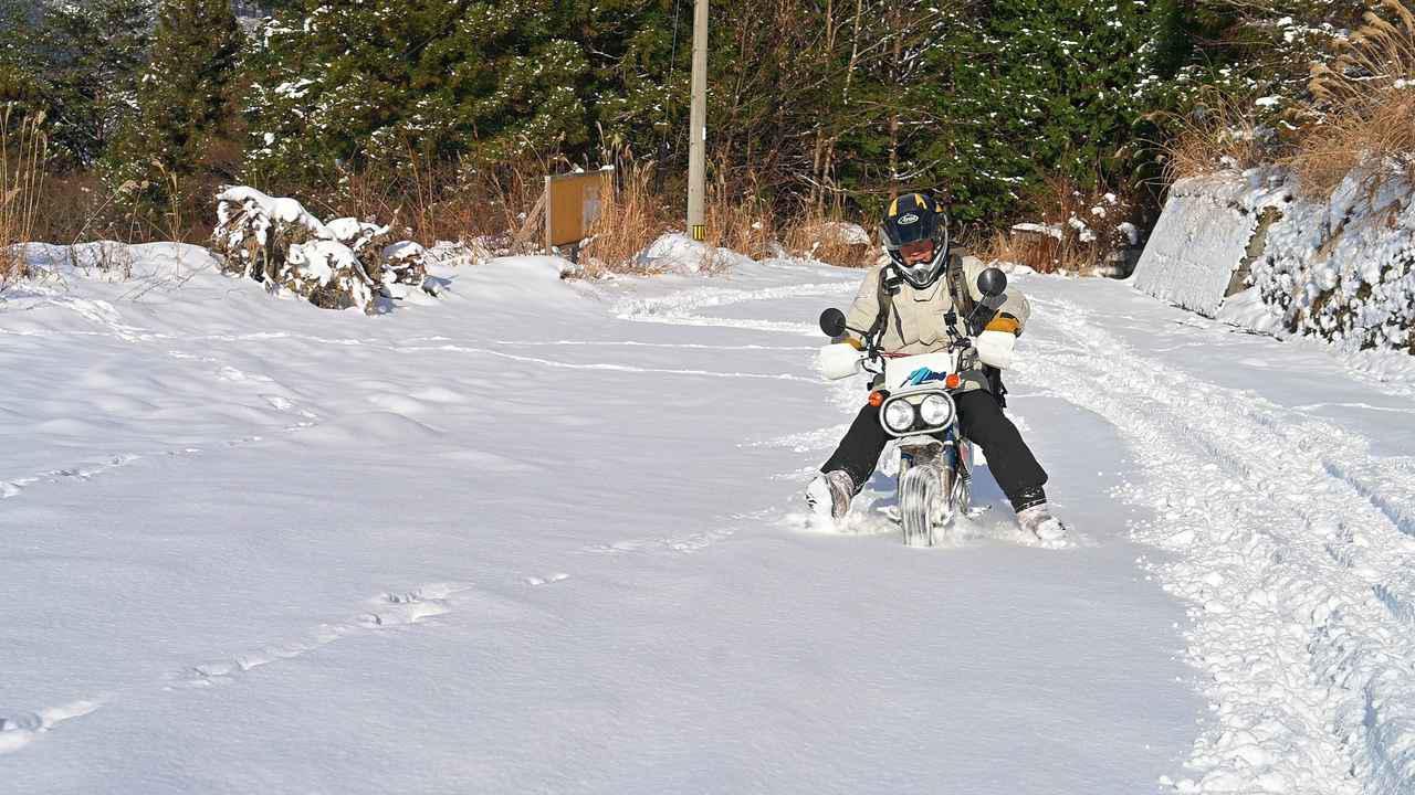 画像: 原付バイクにチェーンを巻いて雪道を走ってみた! タイヤチェーンの効果や欠点と、雪景色の魅力を紹介 - webオートバイ
