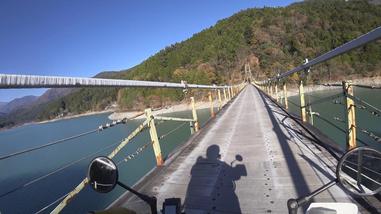 画像4: 吊り橋をバイクで渡る、その感覚はまるで空中浮遊!? 山深き大井川上流部を巡る〈関野温の絶景もとめて撮影旅 Vol.3〉【静岡県】