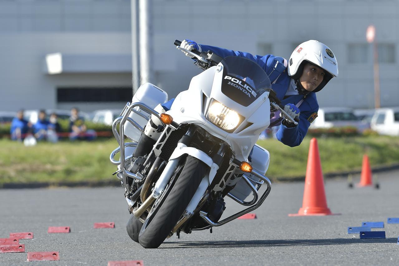 画像: [傾斜走行操縦競技 女性の部]3位:青森県警察 平川みなみ 選手