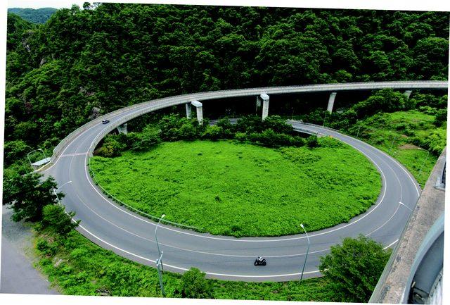 画像: 真光寺ループ橋(県道506号線・浅川ループライン) www.motormagazine.co.jp