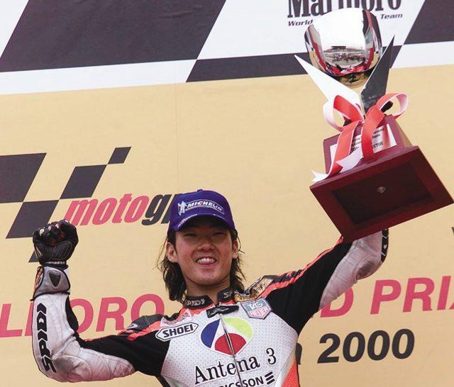 画像: 2000年。99年のブラジルGP優勝から、3レースだけ挟んで2000年の日本GPで優勝。照れ臭そうにガッツポーズを見せたノリック。