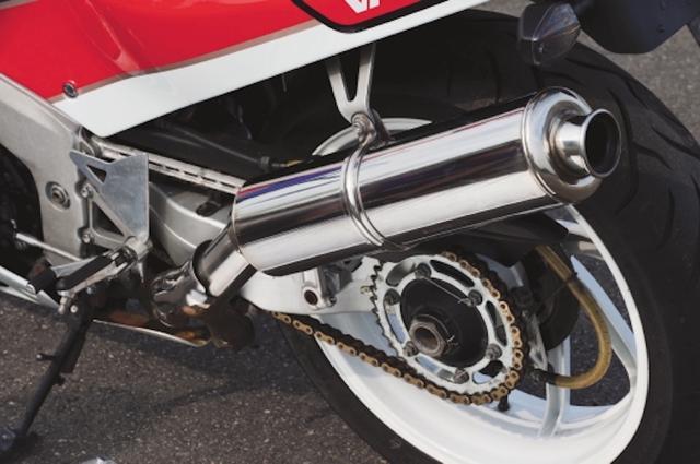 画像: 4-2-1構造のステンレス製マフラー。左出しなのは、プロアーム側に出さないことでタイヤ交換を妨げないため。さらに国内の多くのサーキットが右回りであることから、バイク角に制限が少ないようにとの理由もあった。/©モーターマガジン社