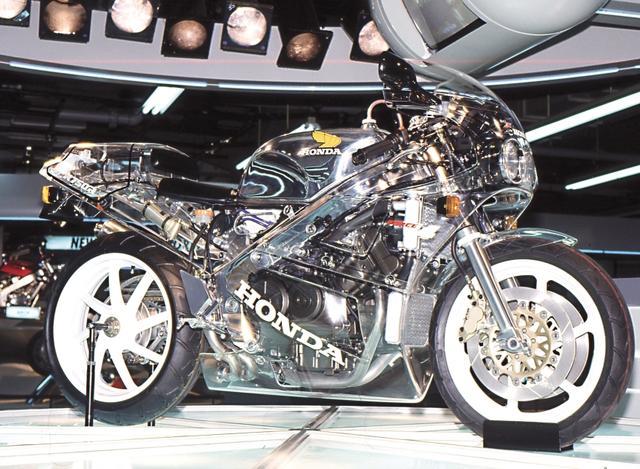 画像: 1987年の東京モーターショーに出展されたクリアカウルのRC30。何から何までスペシャルな存在だったのだ。/©モーターマガジン社