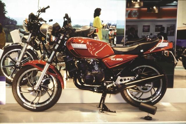 画像: 79年の東京モーターショーで市販ラインナップにはなかった赤ボディのRZ250がお披露目される。そしてこのモデルにより80年代は250クラスが一躍人気カテゴリーとなっていくこととなる。©モーターマガジン社