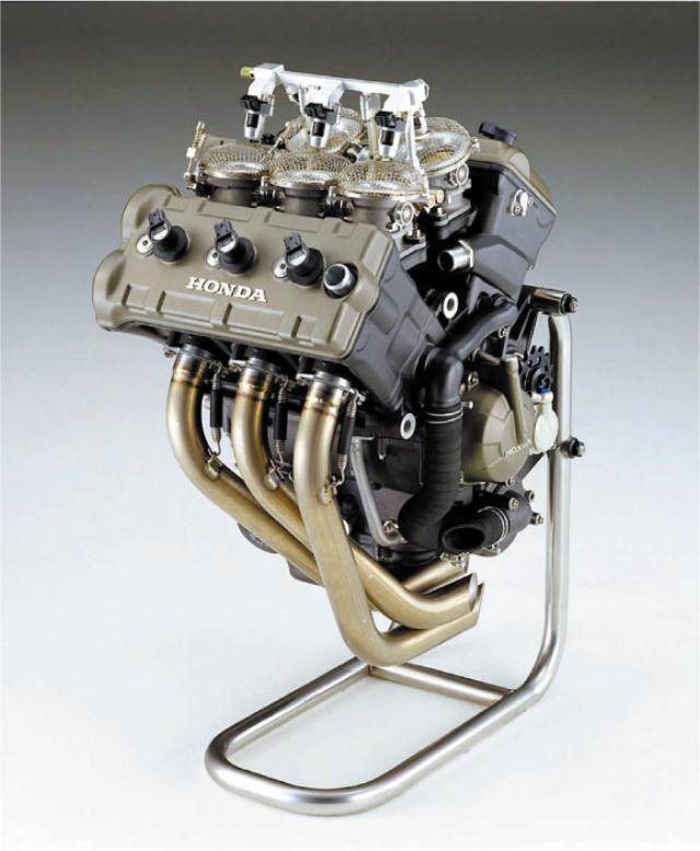 画像: 前3気筒、後2気筒のV型5気筒エ ンジン。Vバンクは75.5度で、これが エンジン振動を消す角度だった。 www.motormagazine.co.jp