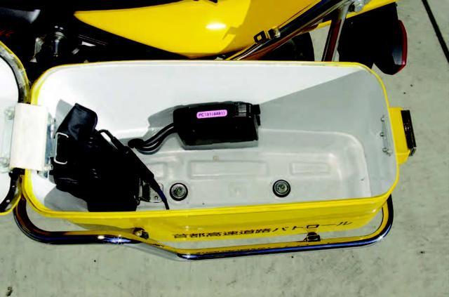 画像: 左側サイドケースには車載工具とETCユニットが格納される。なおETCユニットは緊急時に使用する。/©モーターマガジン社