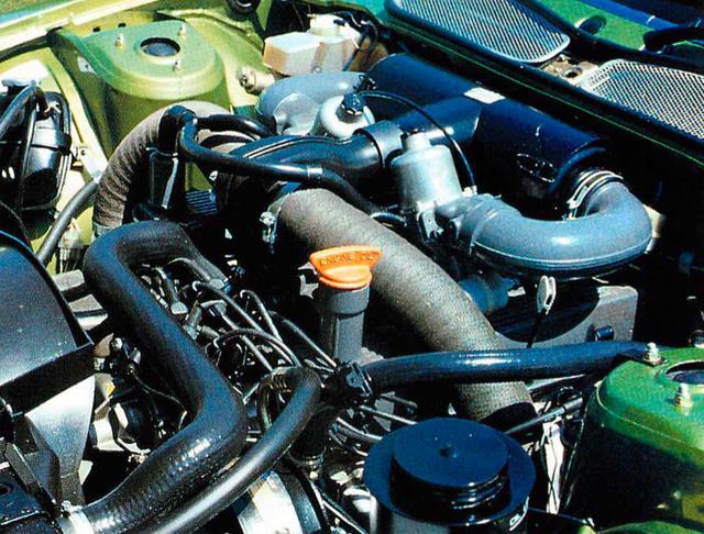 画像: 3500と同じ水冷・V8・OHVエンジン。3532ccのキャパシティを持ち、9.3の圧縮比とSUツインキャブにより157PS/5250rpm、26.9kgm/2500rpmを発生する。