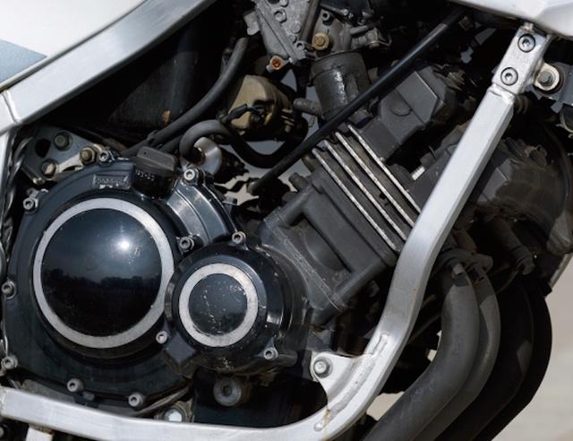 画像: 当時ヤマハが提唱していた「ジェネシス思想」に基づいた、完全新設計の前傾45度水冷DOHC4バルブ並列4気筒エンジンを搭載。吸排気フローのストレート化、フロント荷重の増加といったメリットをもたらした。/©モーターマガジン社