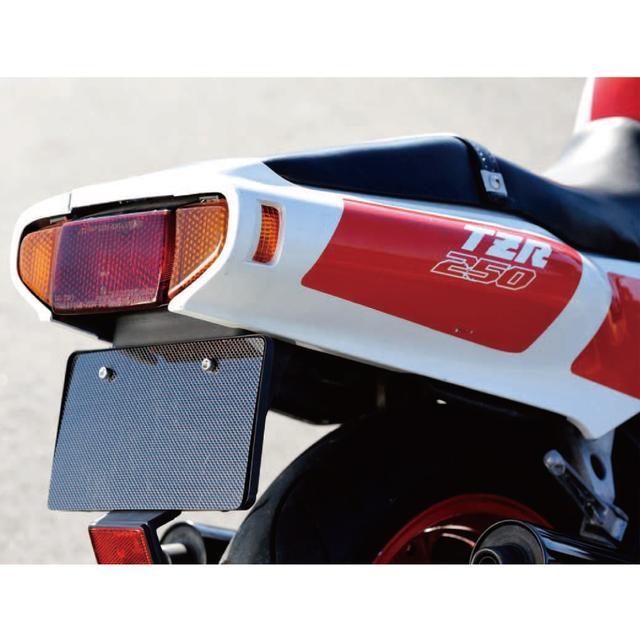 画像: シングルシートカウルのTZには似せようがないシートからテールにかけてのデザインは、実に美しいヤマハらしいもの。TZ250そっくりなボディデザインだというのに、テールカウルはまるで後方気筒のチャンバーを内包しているYZR500のように流麗でふくよかなラインを描いている。