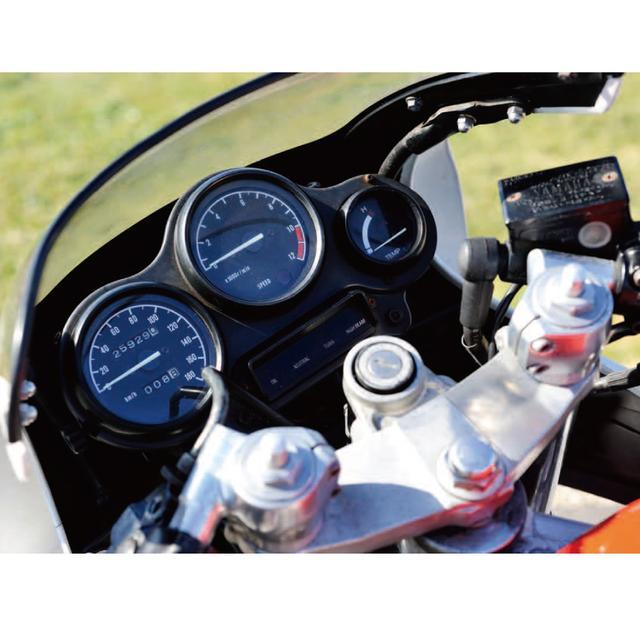 画像: レーシングマシンそっくりのメーターパネルを流行らせたのはスズキRG250Γ。TZRのメーターはスピード、タコメーターが同型の黒文字盤赤針で、右に水温計を抱くオーソドックスなレイアウト。