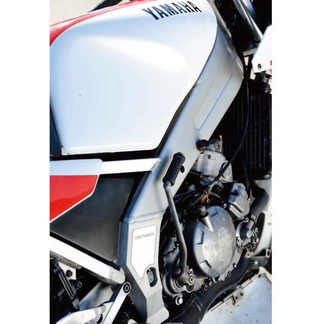 画像: TZRの強烈なインパクトのひとつだった、TZそっくりのアルミデルタボックスフレーム。エンジンはRZのエンジンとは別物のケースリードバルブ吸入の水冷並列ツイン。2XTからメッキシリンダーが採用されたが、TZRといえば、エンジンが強力だというよりも、ライダーを選ばない懐の深いエンジンキャラクターだった。
