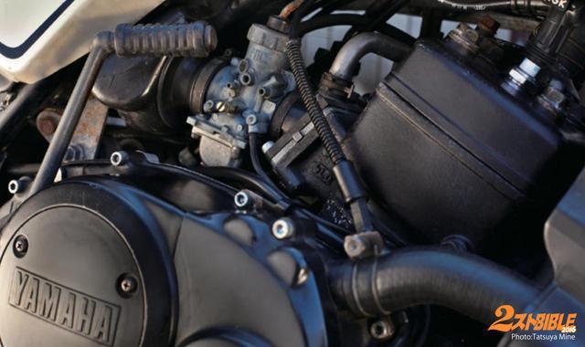 画像: 水冷エンジンは当時として画期的な 35馬力を発揮。250クラスでは無敵の速さを発揮。日本中で RZレボリュー ションを巻き起こした。