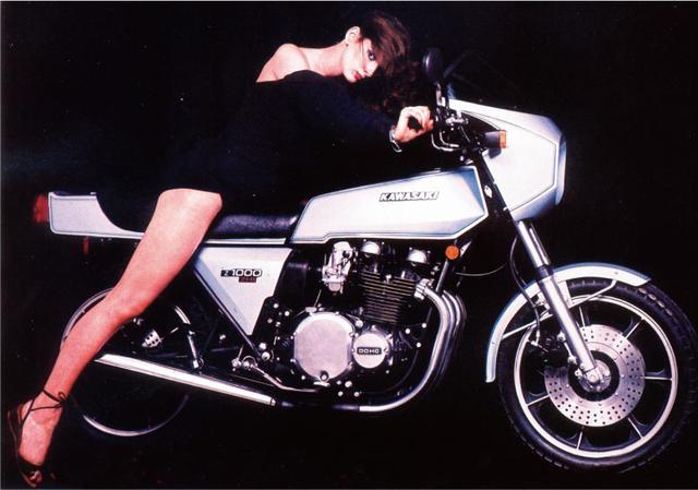 画像: 販売向けパンフレット等では、カフェレーサーのライフスタイルを提案。スカート姿の女性モデルを使うなど扇情的な戦略(オートバイ Classics@モーターマガジン社) www.motormagazine.co.jp