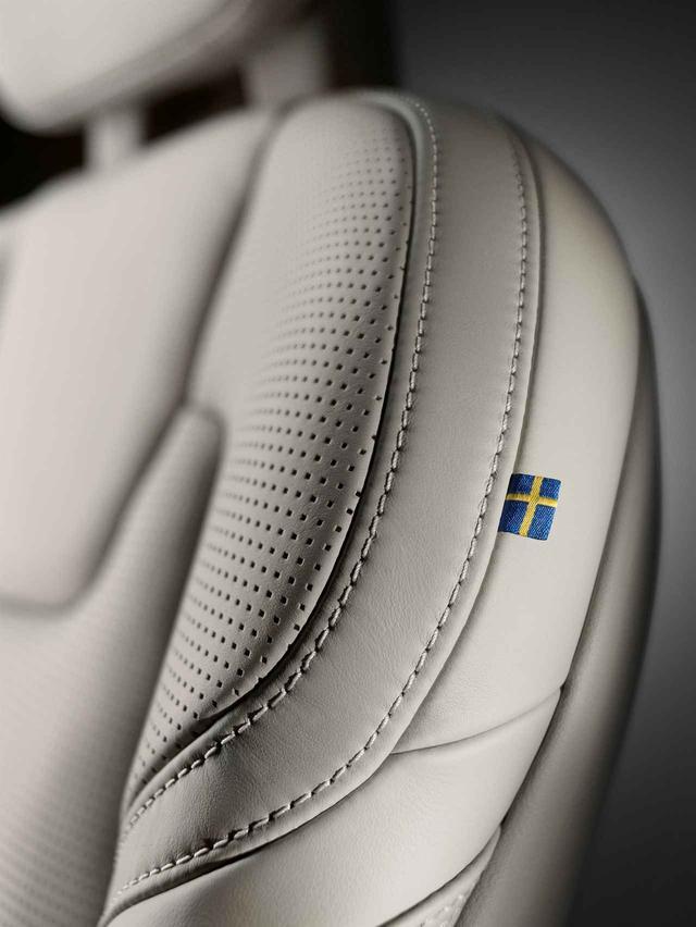 画像: ボルボの真髄はシートに座ればわかる。長いドライブでも快適な時間を過ごさせてくれる。スウェーデン国旗もアイコンとして使われているのも特徴。