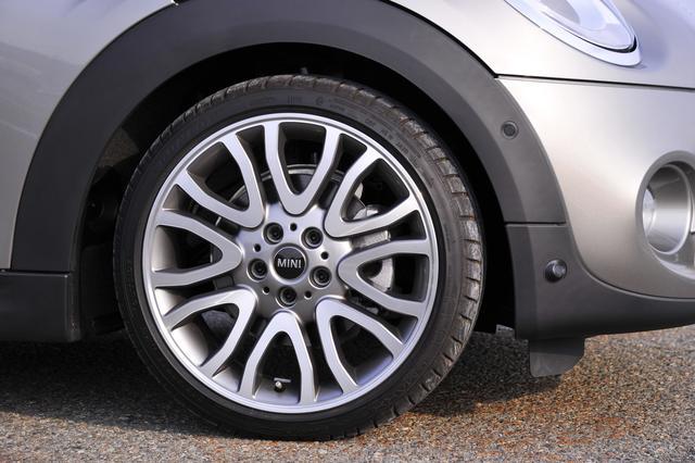 画像: MINI Yours バニティスポークアルミホイール(7J×18インチ)に205/4018サイズのランフラットタイヤを組み合わせる。