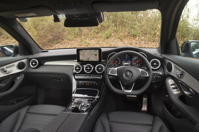 """画像: 最新のメルセデルの法則に則ったインパネ。運転席からの視界がSUVであることを意識させてくれる。ボトム部がフラットになる本革巻きステアリングホイールは""""Sports""""に装備される。"""