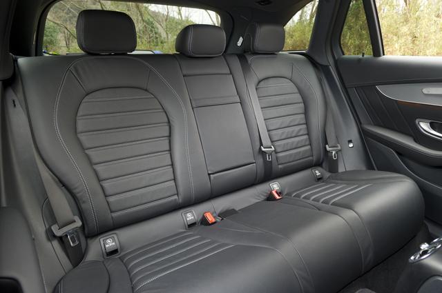 """画像: ベースグレードは前席のみ、""""Sports""""は前席&後席にシートヒーターが標準装備される。写真は本革仕様。"""